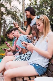 Junge millennials, die inhalte in sozialen netzwerken teilen