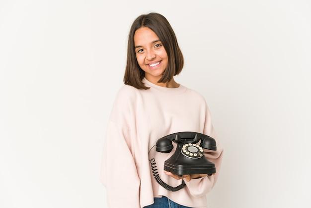 Junge mischlingsfrau, die ein telefon hält