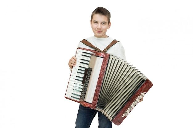 Junge mit akkordeon auf weiß