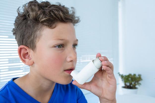 Junge mit asthmapumpe