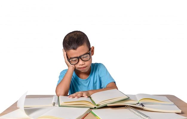 Junge mit brille dachte und viele bücher auf dem tisch