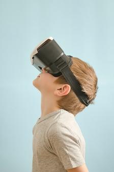 Junge mit brille der virtuellen realität