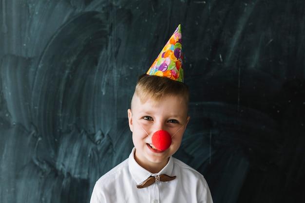 Junge mit clownnase auf geburtstagsfeier