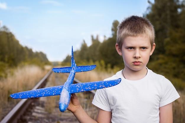 Junge mit dem flugzeug