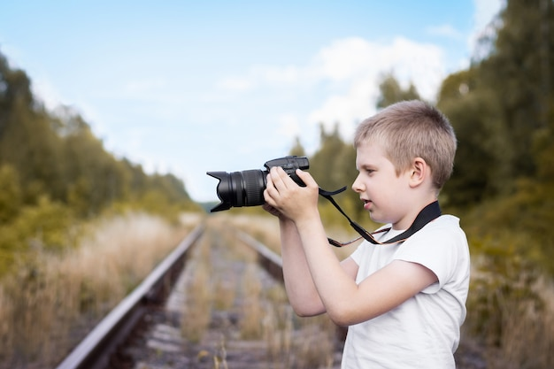 Junge mit der kamera