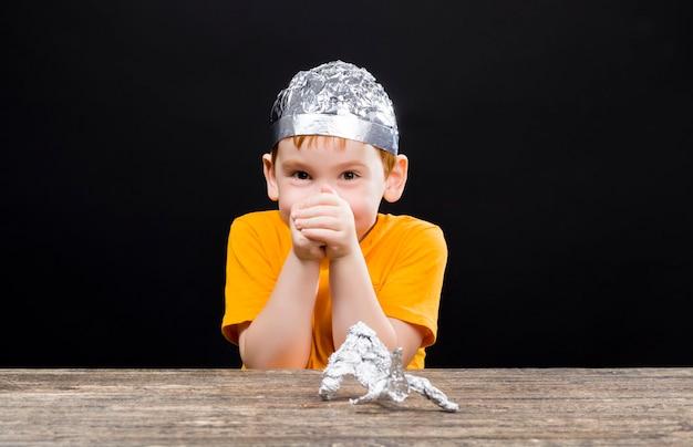 Junge mit einem aluminiumfolienhut