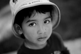 Junge mit einem hut - b & w