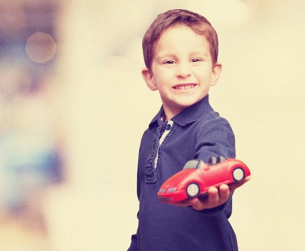 Junge mit einem spielzeugauto
