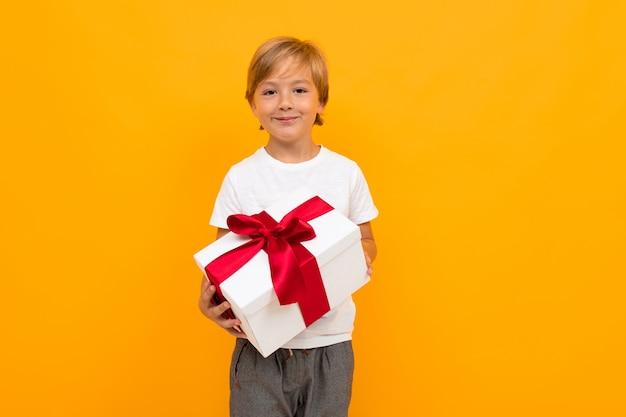 Junge mit einer geschenkbox mit einem bogen