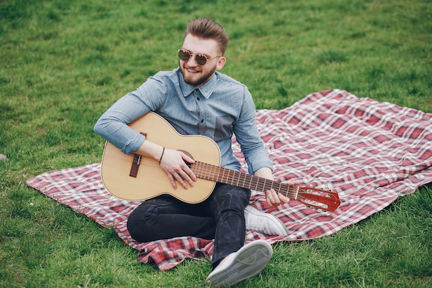 Junge mit einer gitarre
