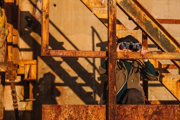 Junge mit fernglas bei treppen