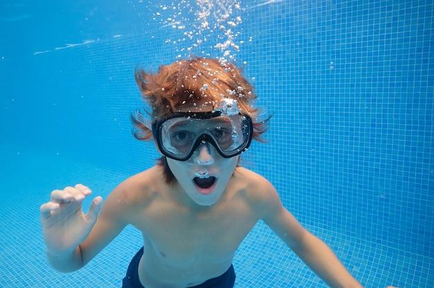 Junge mit geöffnetem mund schwimmen im pool