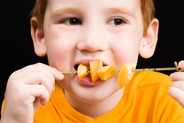 Junge mit geschnittenem pfirsich
