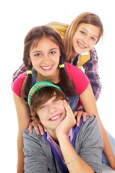 Junge mit grüner mütze mit seinen freunden spielen