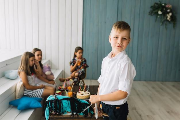 Junge mit hobbypferd auf geburtstagsfeier