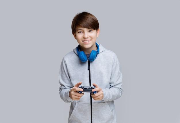 Junge mit joystick in den händen im videospiel spielen