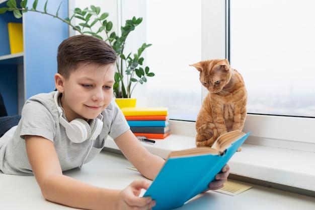 Junge mit katzenvorlesungszeit
