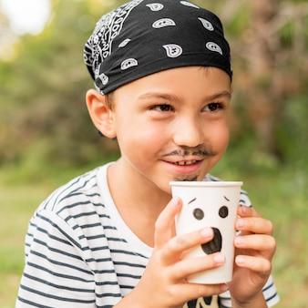 Junge mit piraten-halloween-kostüm