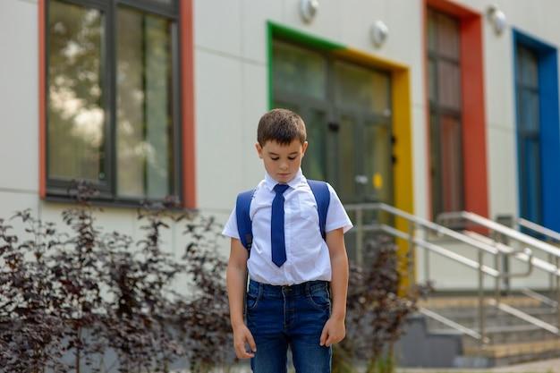 Junge mit rucksack zur schule gehen