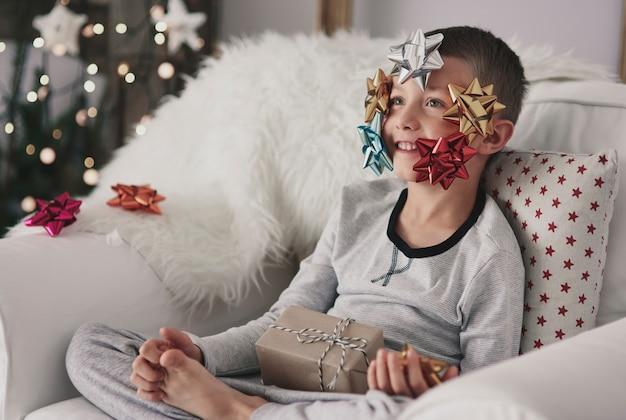 Junge mit schleifen im gesicht