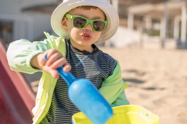 Junge mit sonnenbrille