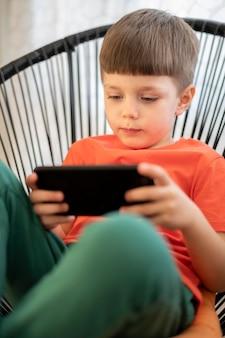 Junge mit tablet spielt
