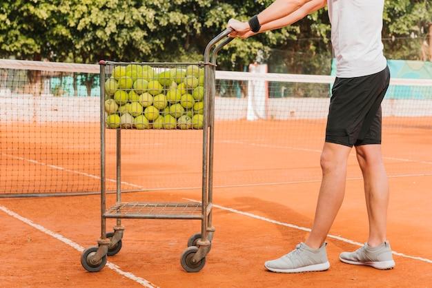 Junge mit tennisballwagen