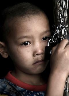 Junge mit traurigen gesichtsausdruck
