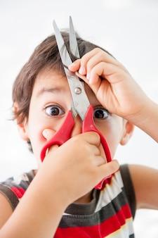 Junge mit verrücktem haarschnitt