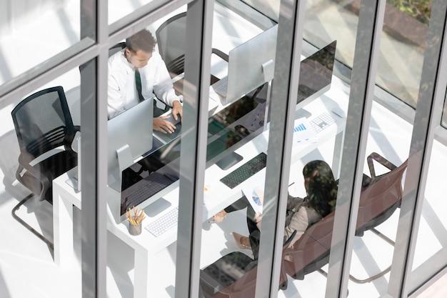 Junge mitarbeiter von büropartnern sind bestrebt, in modernen büros hart zu arbeiten