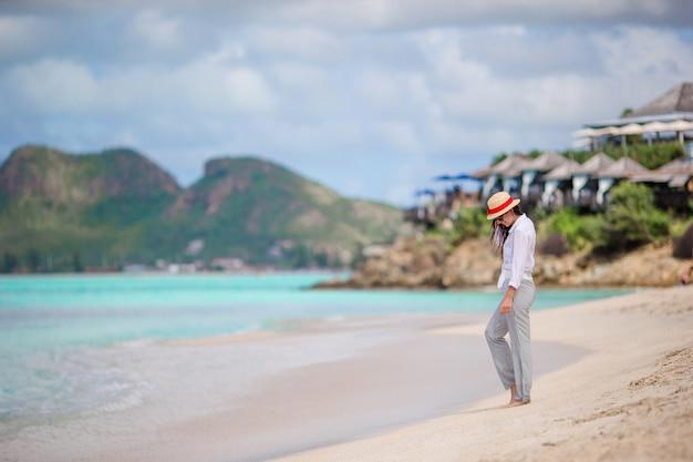Junge mode frau im badeanzug am strand