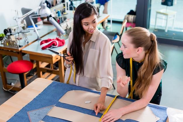 Junge modedesigner, die über plan sprechen