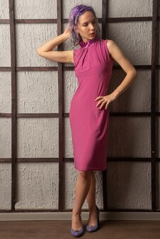 Junge modefrau posiert mit lila kleid