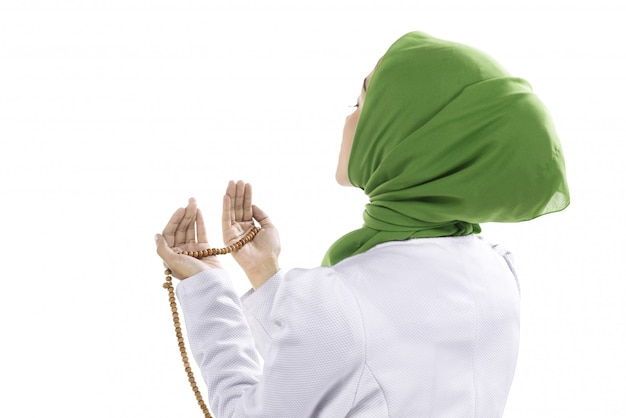 Junge moslemische frau, die gebetsperlen hält