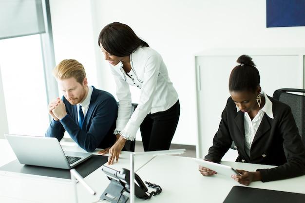 Junge multiethnische leute, die im büro arbeiten