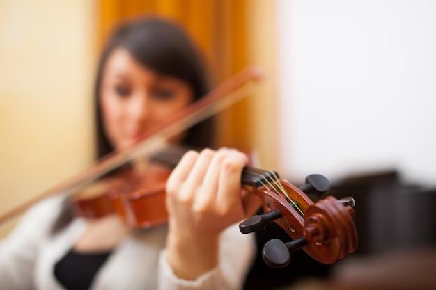 Junge musikerfrau, die ihre violine spielt