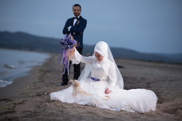 Junge muslimische braut- und bräutigamhochzeitsfotos
