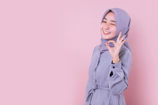 Junge muslimische frau, die einen blauen hijab trägt