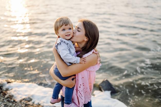 Junge mutter mit ihrem entzückenden kleinen baby im wald