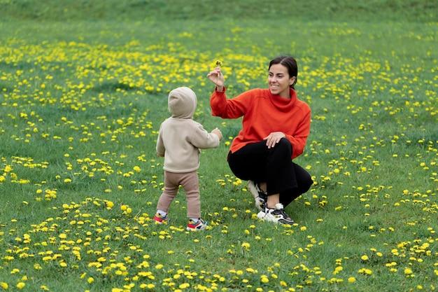 Junge mutter mit ihrem kind