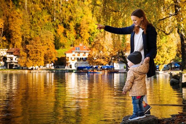 Junge mutter und ihr kleiner sohn zu fuß am bleder see slowenien europe