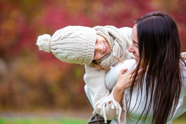 Junge mutter und kleines mädchen im herbstpark im oktober