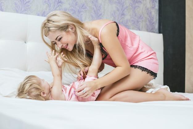 Junge mutter und tochter im schlafzimmer