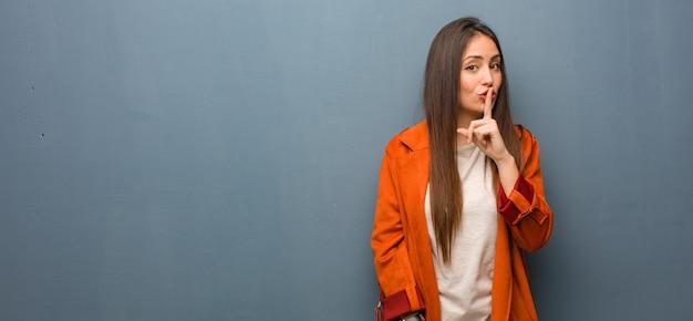 Junge natürliche frau, die ein geheimnis hält oder um ruhe bittet