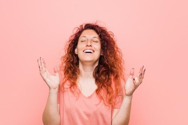 Junge natürliche und authentische rothaarige frau, die freudig viel lacht