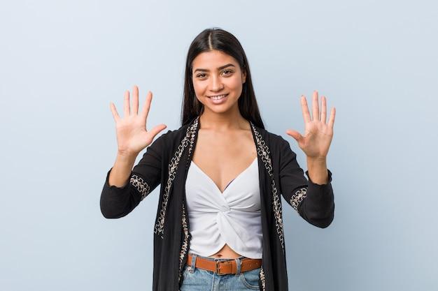 Junge natürliche und hübsche arabische frau, die nr. zehn mit den händen zeigt.