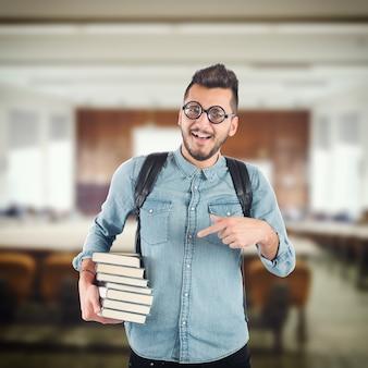 Junge nerd, der bücher für eine prüfung studiert Premium Fotos