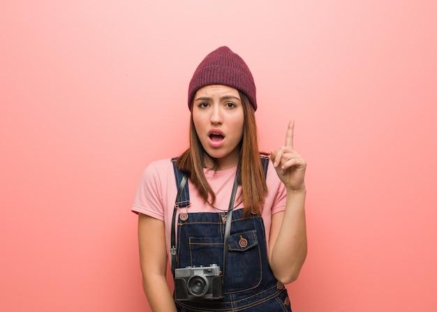 Junge nette fotograffrau, die eine idee, inspirationskonzept hat