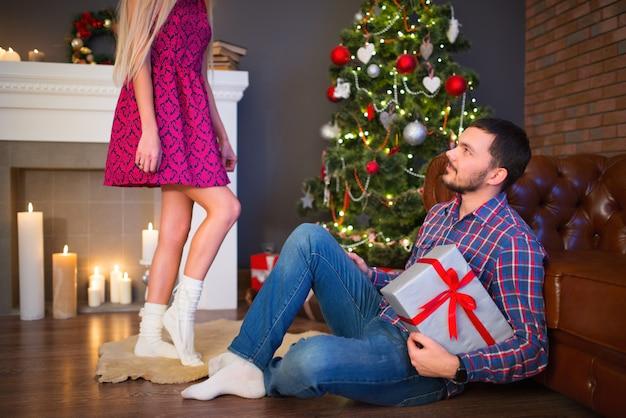 Junge nicht identifizierte frau gibt ein geschenk