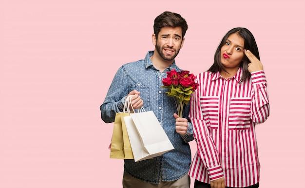 Junge paare am valentinsgrußtag, der eine selbstmordgeste tut